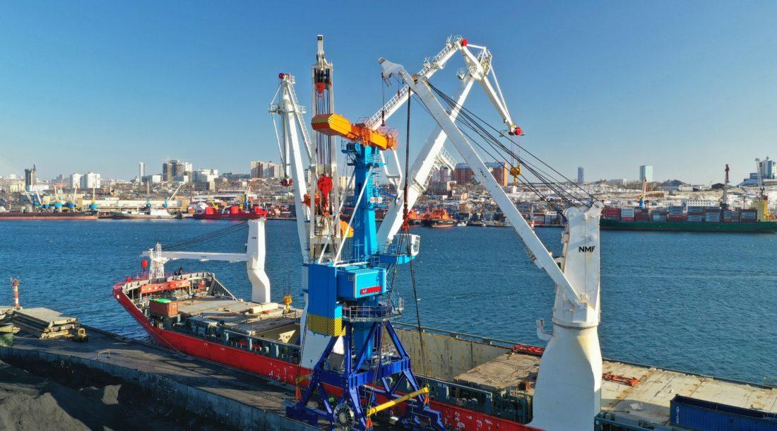 Компания «СММ» отправила два крана «Витязь» в порт Владивосток по Севморпути