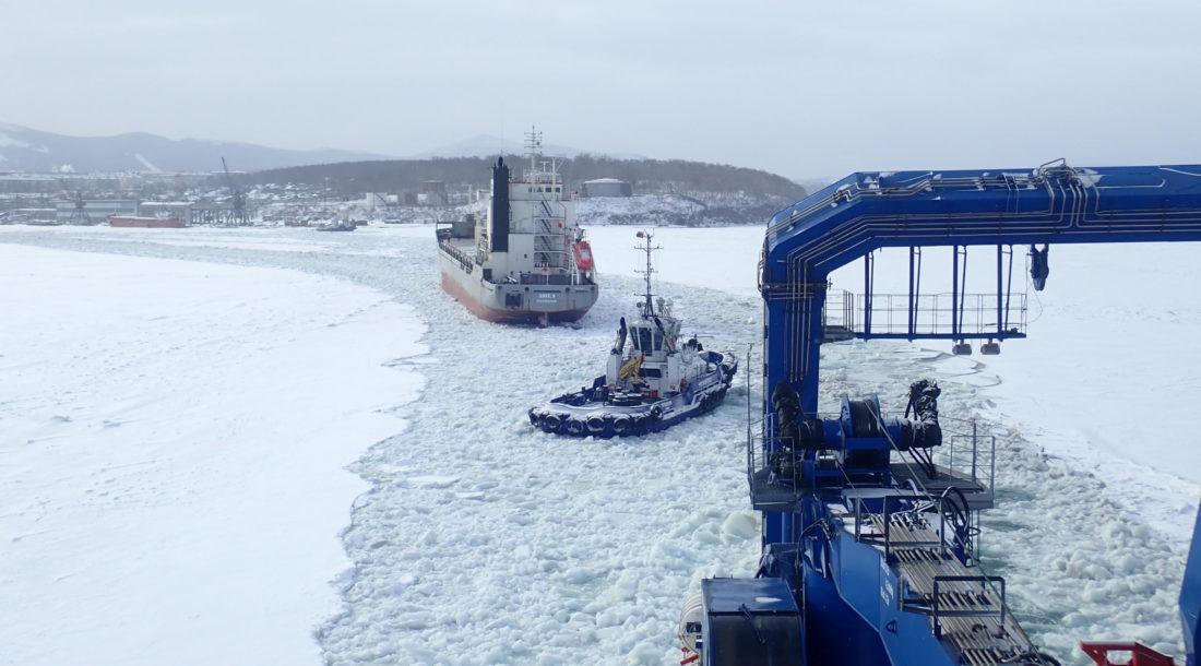 Аварийно-спасательное судно «Берингов пролив» продолжает ледовые проводки в Советской гавани