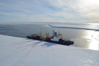 Дизель-электроход FESCO «Василий Головнин» прибыл к антарктической станции «Майтри»