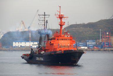 Спасательный буксир «Лазурит» ведет судно «Витим» на безопасную стоянку