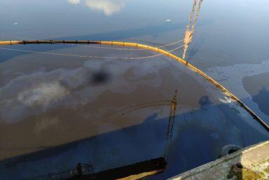 В речном порту Новгорода собрали загрязненный нефтепродуктами грунт