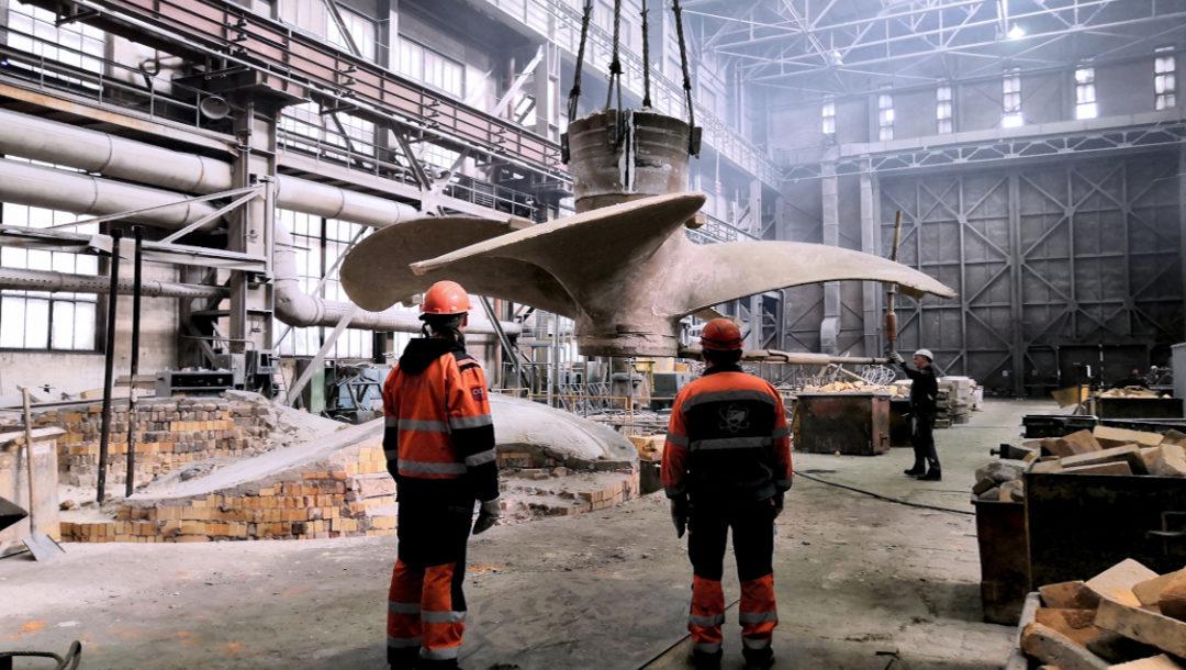 Корабелы Балтийского завода извлекли из формы гребной винт для танкера проекта MR-50