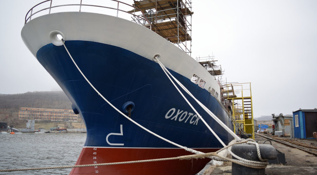 Корабелы «Восточной верфи» начали швартовные испытания краболова «Охотск»