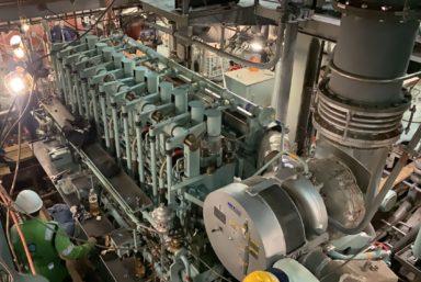 Восточная верфь запустила главный двигатель краболова «Охотск»