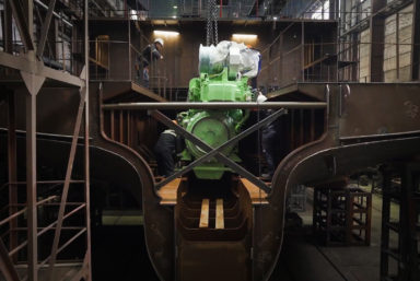 На головном судне проекта 5712LS смонтировали главный двигатель