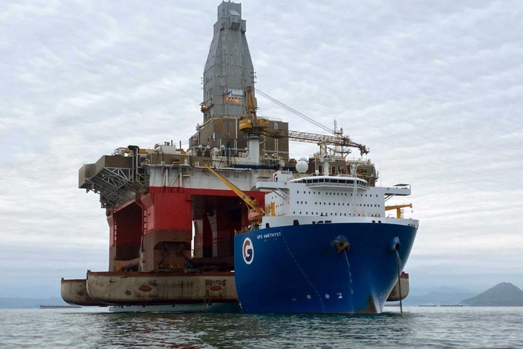 Полупогружная плавучая буровая установка «Северное сияние» направилась к месту работы
