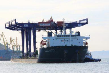 «Восточная стивидорная компания» получила два новых контейнерных перегружателя на рельсовом ходу