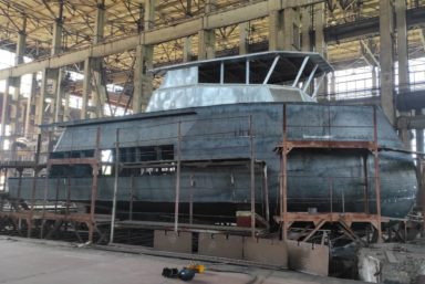 Корабелы Чкаловской судоверфи установили надстройку на яхту проекта Baikal 17 SMY