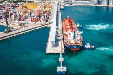 Под загрузку к новому причалу реконструированного терминала КСК стало первое судно