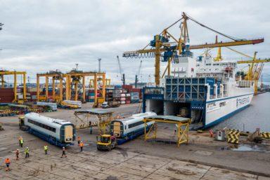 «Петролеспорт» впервые перегрузил поезд «Сапсан» с судна на железную дорогу