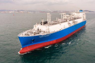 Плавучая регазификационная установка «Маршал Василевский» следует в порт Сабетта