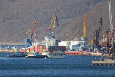 Контейнеровоз «ФЕСКО Янина» доставил рекордное количество грузов в Магадан
